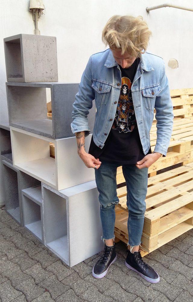 Bandshirt kombiniert mit Destroyed-Jeans und Jeans-Jacke